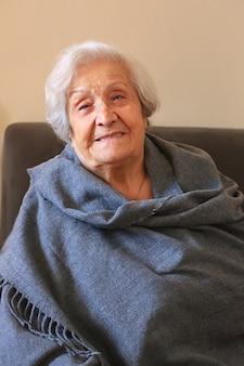 Portret bardzo starszej kobiety zbliżenie pozytywnej dziewięćdziesięcioletniej babci