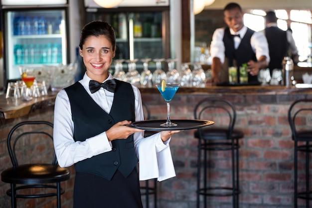 Portret barmana mienia porci taca z szkłem koktajl