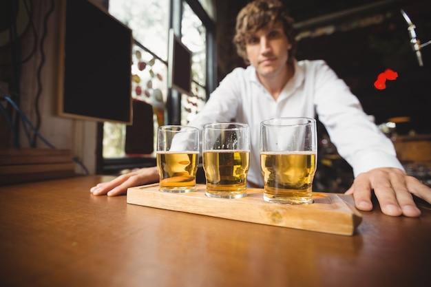 Portret barmana w barze licznika