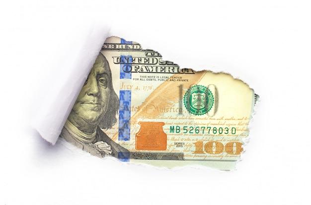 Portret benjamina franklina jest przedstawiony na banknocie sto dolarów usa zerkającym przez złamaną białą kartkę papieru