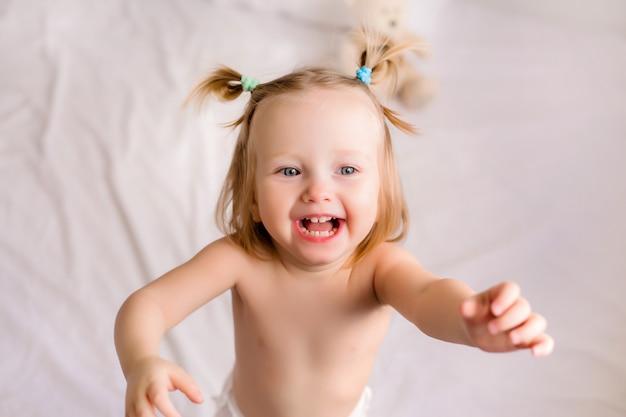 Portret berbeć dziewczyna bawić się w domu z jej rodzicami