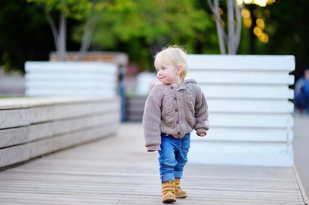 Portret berbecia chłopiec odprowadzenie w dużym mieście