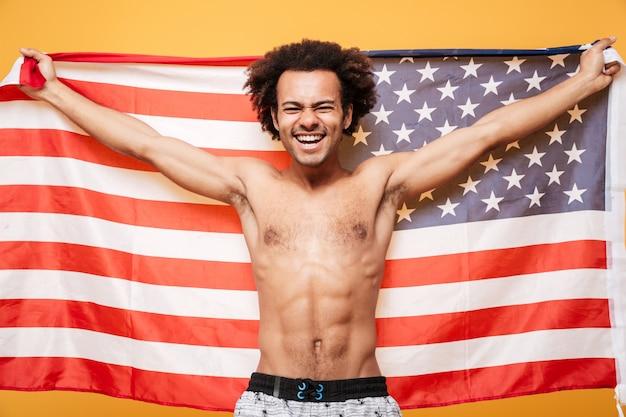 Portret bez koszuli afro amerykański mężczyzna trzyma flaga usa