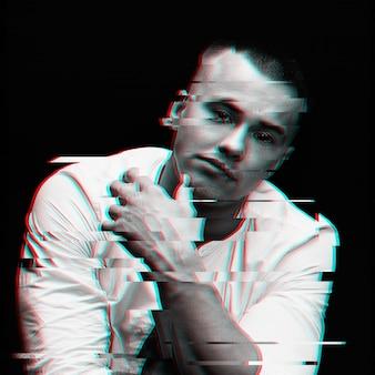Portret białego mężczyzny z efektem usterki wirtualnej rzeczywistości na czarnej przestrzeni