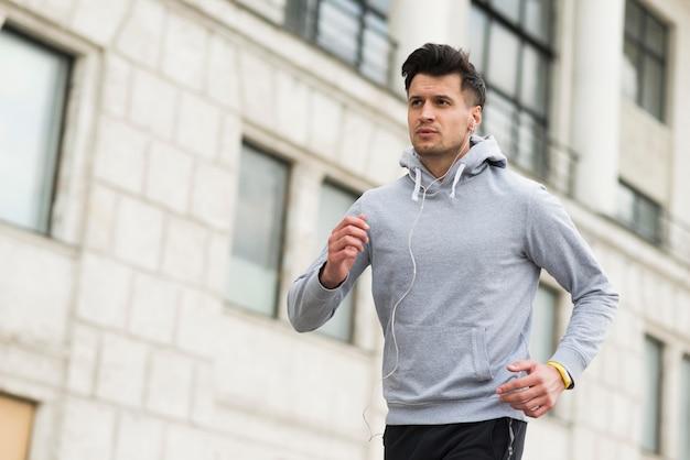 Portret biega outdoors dorosła samiec