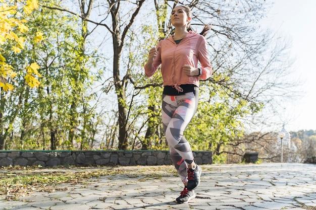 Portret biegacza jogging plenerowy