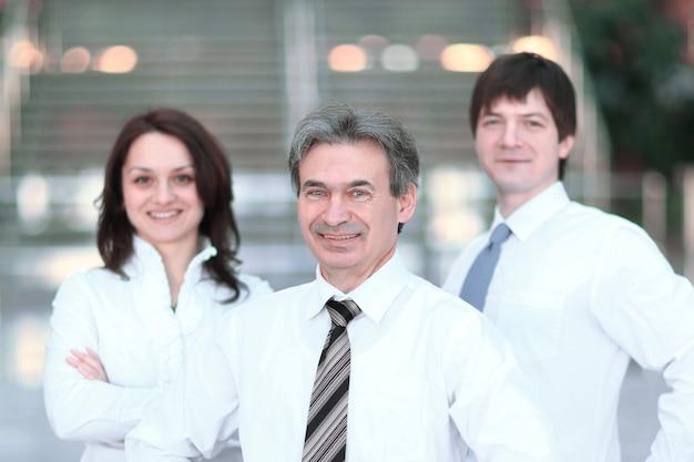 Portret biznes grupa robocza stojąca w biurze. koncepcja pracy zespołowej