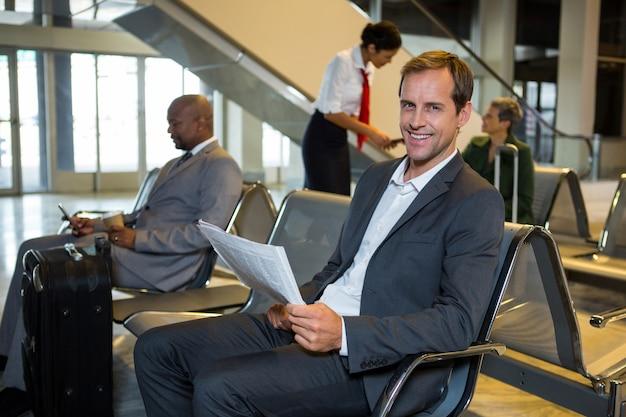 Portret biznesmen czytania gazety w poczekalni