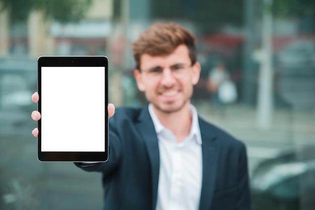 Portret biznesmen pokazuje cyfrową pastylkę z białym parawanowym pokazem