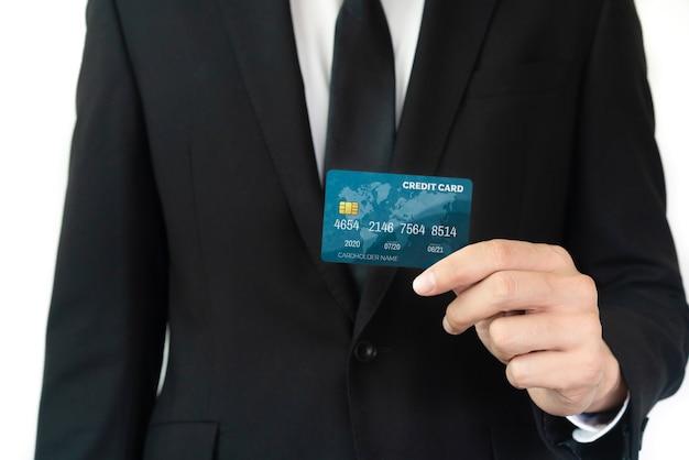 Portret biznesmen posiadający kartę kredytową przedstawiający widok z przodu do aparatu w widoku z bliska.