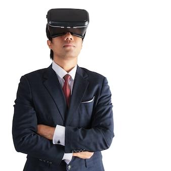 Portret biznesmen w kostiumu z rzeczywistość wirtualna szkłami odizolowywającymi na tle