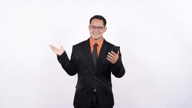 Portret biznesmen, wskazując z telefonu białe tło