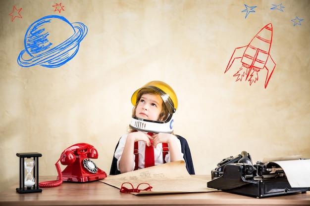 Portret biznesmena dziecka w skafandrze kosmicznym astronauta rozpocznij koncepcję biznesową