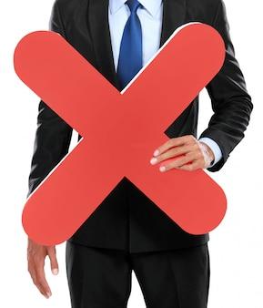 Portret biznesmena mienia czerwonego krzyża znak