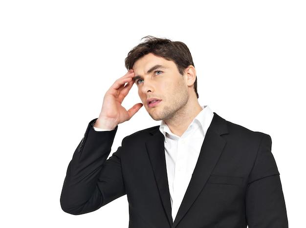 Portret biznesmena myślenia z rękami na głowie