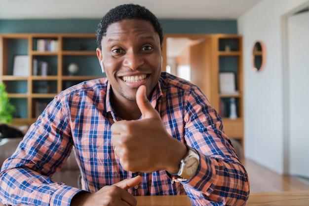 Portret biznesmena na rozmowy wideo w pracy podczas pobytu w domu. domowe biuro. nowy normalny styl życia.