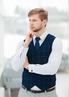 Portret biznesmena patrzącego przez okno