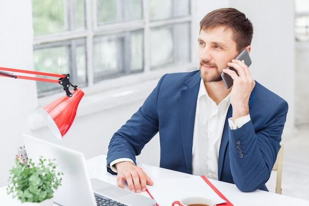 Portret biznesmena rozmawia telefon w biurze