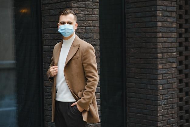 Portret biznesmena w masce ochronnej
