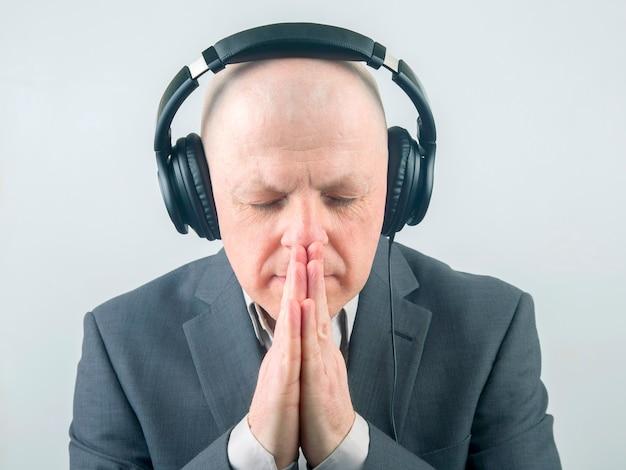 Portret biznesmena ze słuchawkami w relaksacji, słuchając jego ulubionej muzyki