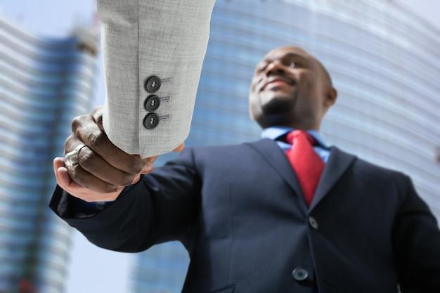 Portret biznesmeni trząść ręki w biznesowym środowisku