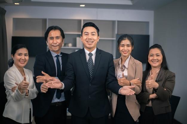 Portret biznesmenów stojących z rękami skrzyżowanymi w biurze