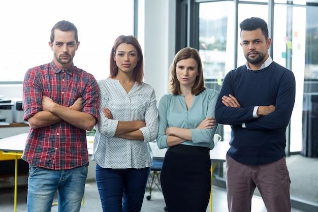 Portret biznesmenów stojących z rękami skrzyżowanymi