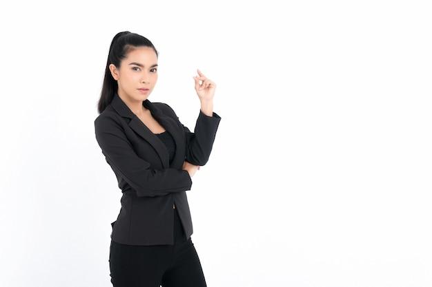 Portret biznesowa kobieta ubrana w czarny garnitur na białej powierzchni