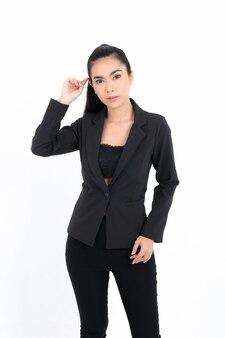 Portret biznesowa kobieta ubrana w czarny garnitur w studio strzał na białym tle. ładna modelka. pewny zawodowy pracownik biurowy.