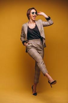 Portret biznesowa kobieta w kostiumu odizolowywającym