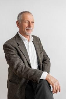 Portret biznesowy mężczyzna ubrany w garnitur