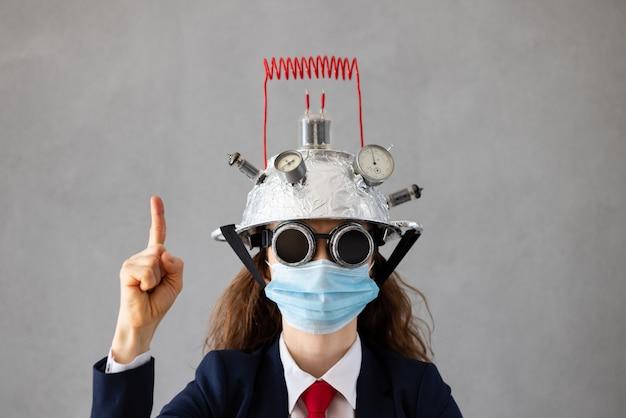 Portret bizneswoman noszenie medycznej maski ochronnej przed szarej betonowej ścianie