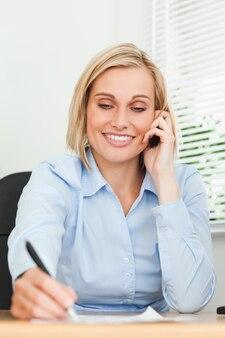 Portret bizneswoman patrzeje stos papier podczas gdy zauważający coś