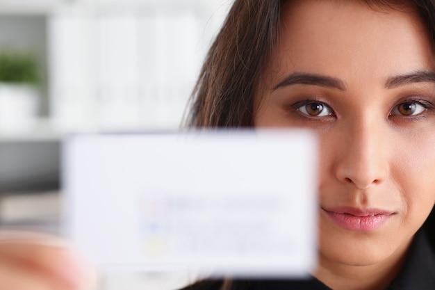 Portret bizneswoman praca w biurowego przedstawienia cutaway