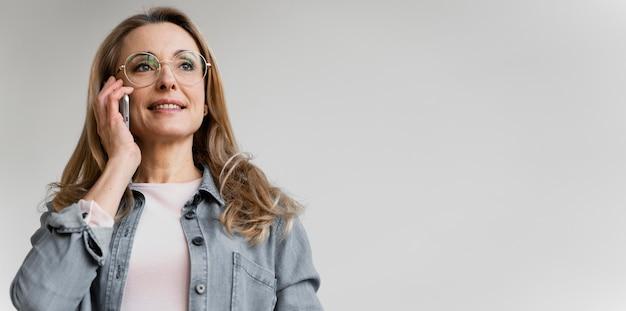 Portret bizneswoman rozmawia przez telefon z miejsca na kopię