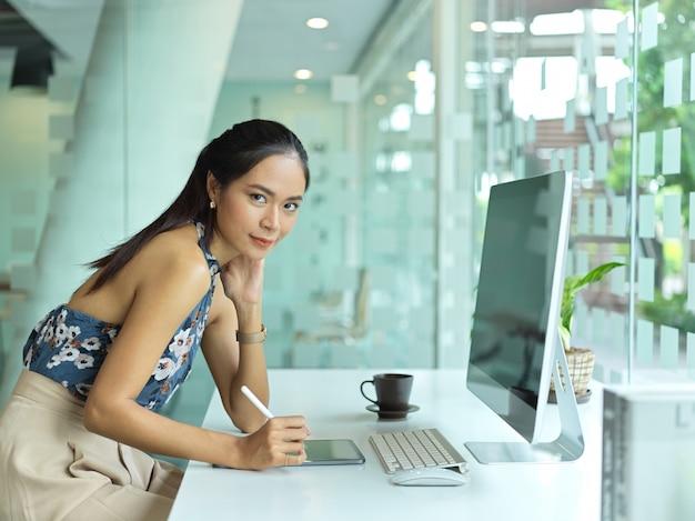 Portret bizneswoman siedzi w biurze