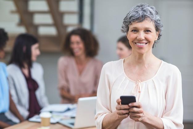 Portret bizneswoman używa telefon komórkowego