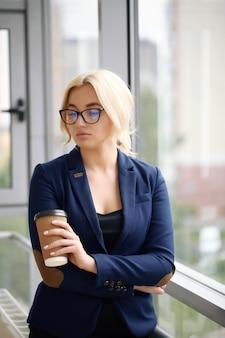 Portret bizneswoman w garniturze