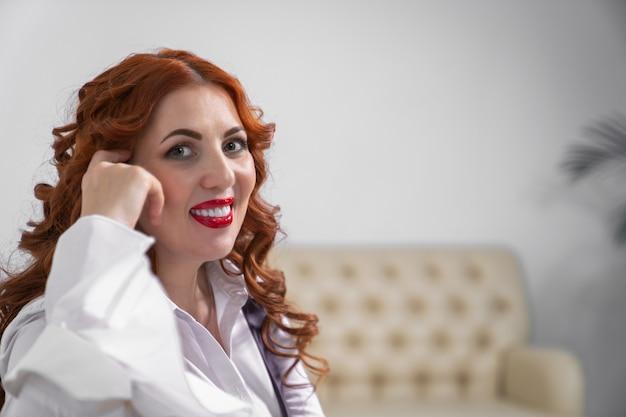 Portret bizneswoman z rudymi włosami i pięknym uśmiechem