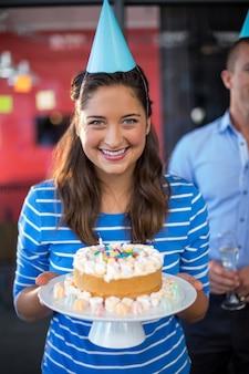 Portret bizneswomanu mienia tort