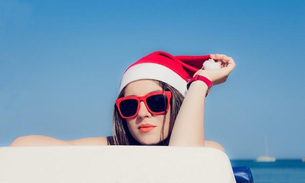 Portret bliska ładna nastolatka w santa claus kapelusz