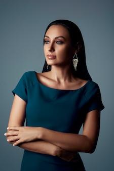 Portret bliskowschodnia kobieta jest ubranym formalną błękit suknię