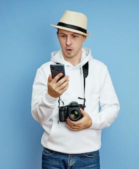 Portret blogera mężczyzna z telefonem w ręku, komunikującego się na smartfonie, rozmowa wideo