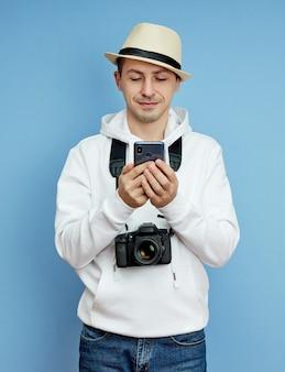 Portret blogera mężczyzna z telefonem w ręku komunikującego się na smartfonie, rozmowa wideo