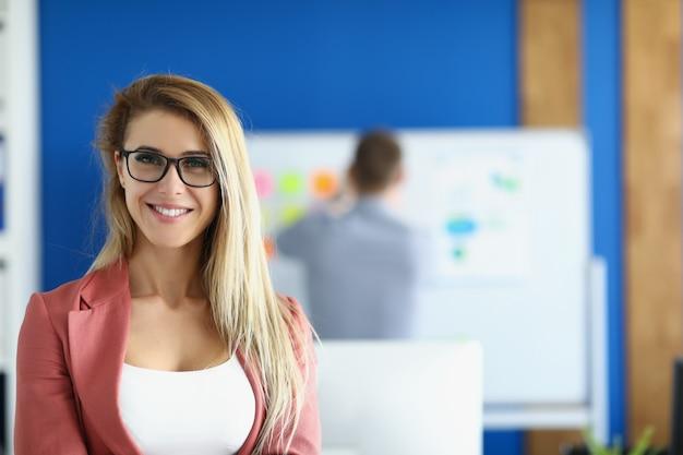 Portret blond bizneswoman w okularach w biurze