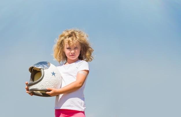 Portret blond dziewczynka w stroju astronauty marzy o zostaniu kosmonautą.