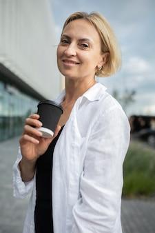 Portret blond kobieta biznesu