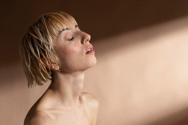 Portret blond krótkowłosa kobieta pozuje bez koszuli