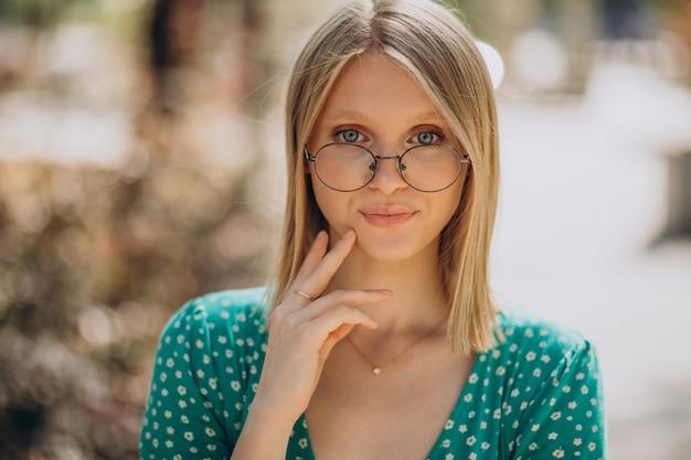 Portret blondynki na ulicy