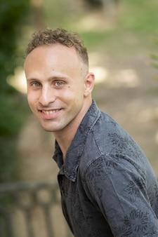 Portret blondynki uśmiechnięty mężczyzna